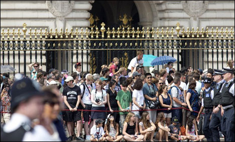 Elated crowds besiege palace after British royal baby birth