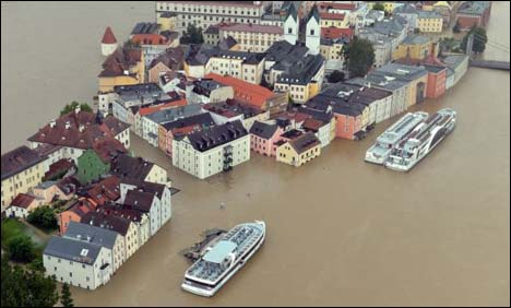 Floodwaters peak in Prague, head for Germany