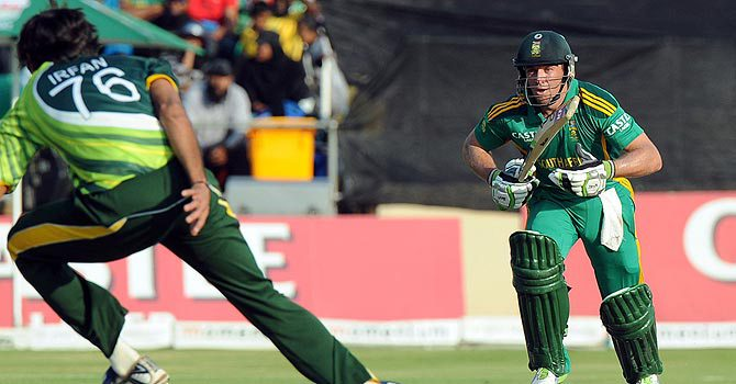 De Villiers helps South Africa clinch series