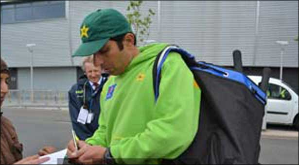 Misbah wants Pakistan to forget batting collapse